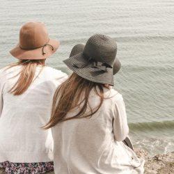 寄り添う女性二人