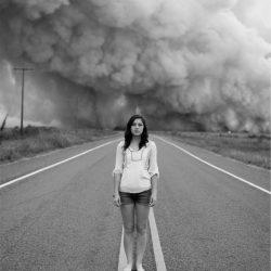 噴火の前に立つ女性