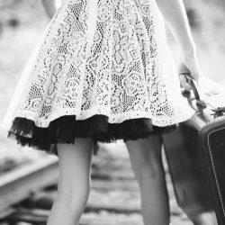 荷物を持つ少女
