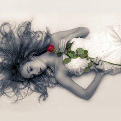 バラを抱く女性