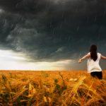 黒雲の前に立つ女性